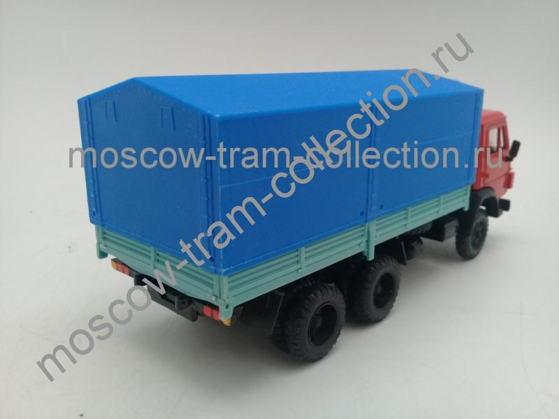 Коллекционная масштабная модель 1:43 КАМАЗ-5320 бортовой с тентом, красный/синий