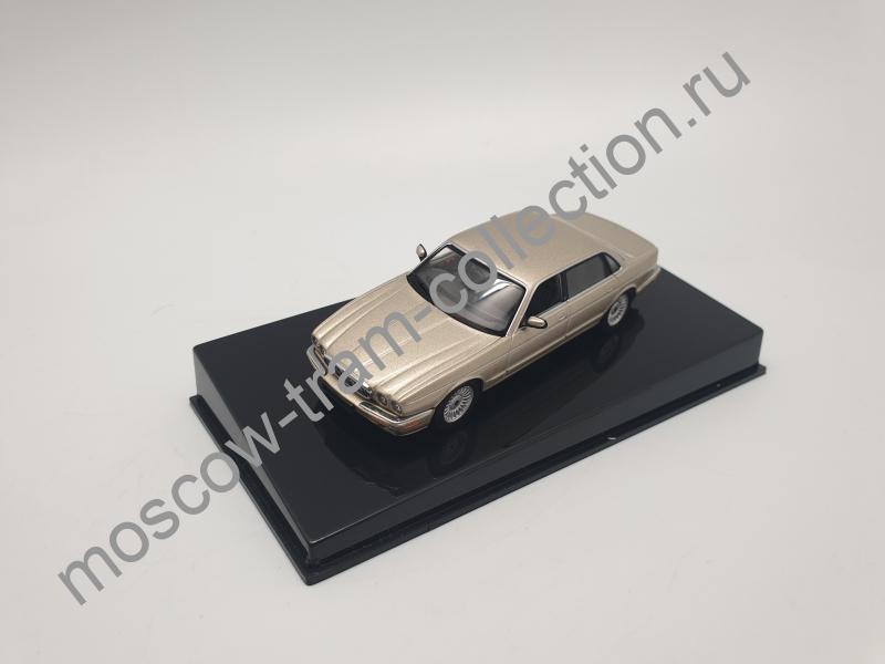 Коллекционная масштабная модель 1:43 Jaguar XJ8 (Gold)