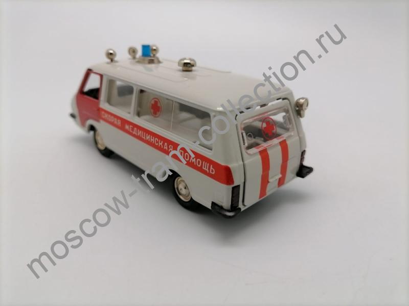 """Коллекционная масштабная модель 1:43 РАФ-М-23031 """"Скорая медицинская помощ"""" 1990"""